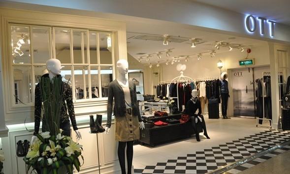欧式风格女装店铺内摆放沙发