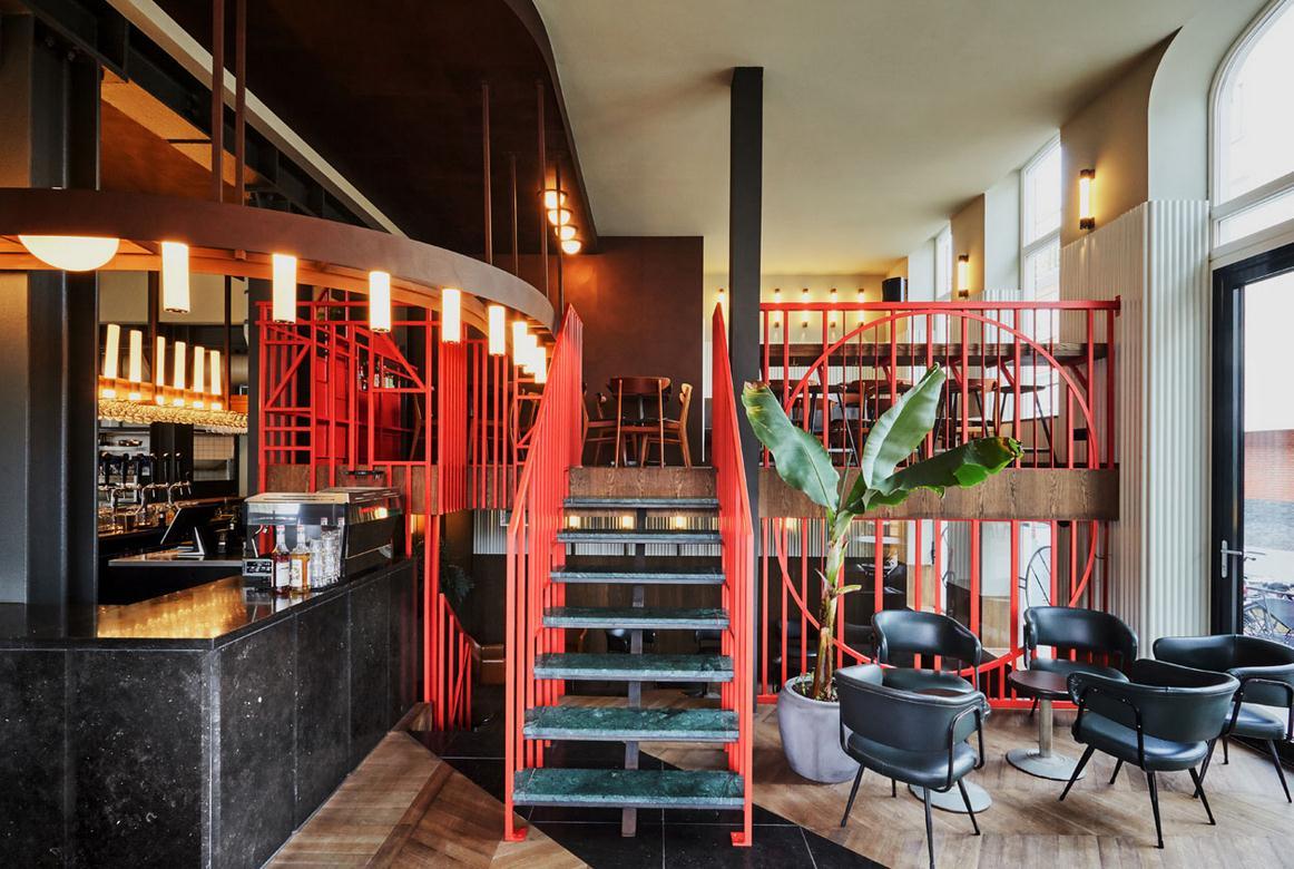 无锡餐厅装潢设计的两层建筑被重新修建,使这家餐厅设计空间的工业化气息更明显。但是餐厅具有设计感、舒适感、与周围环境和谐共存的空间。一层玻璃外墙围绕着餐厅而设计,连续地向路人展示了餐厅里的桌椅的质地和涂料。   二层设置了由穿孔金属板组成的盒状结构。盒状结构里设置了厨房、壁橱、卫生间、工作间。   驻足这间新式茶餐厅设计项目,创新的美食理念要求配以同样大胆的装饰风格。这需要街上的上市建筑中,置入一个新的空间,在那里创造一种令人起疑的诱人的视觉特征。   新的元素需为原有的建筑结构提供充足的与之相对应的