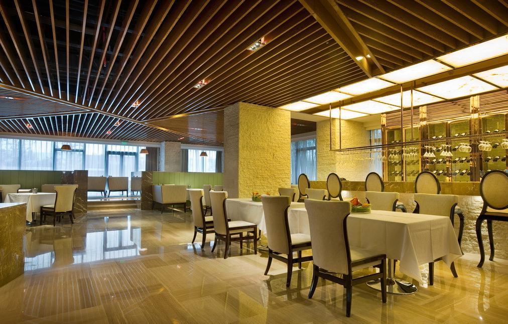 无锡餐厅装饰设计对酒店餐饮的座位选择与餐座的布局设计有很大的关系。般室内的餐座布局设计要考虑人们对边界的依赖,边界实体明确围合出属于本桌人的空间领域,不被他人穿越干扰和侵犯,个人空间受到保护,有安定感。 避免了坐在中间四面临空的座位受众目睽睽和背侧被被人穿越的不适,却又有纵观室内场景的良好视野,同时还能与他人保持适当的距离,因此这些座位务受欢迎。
