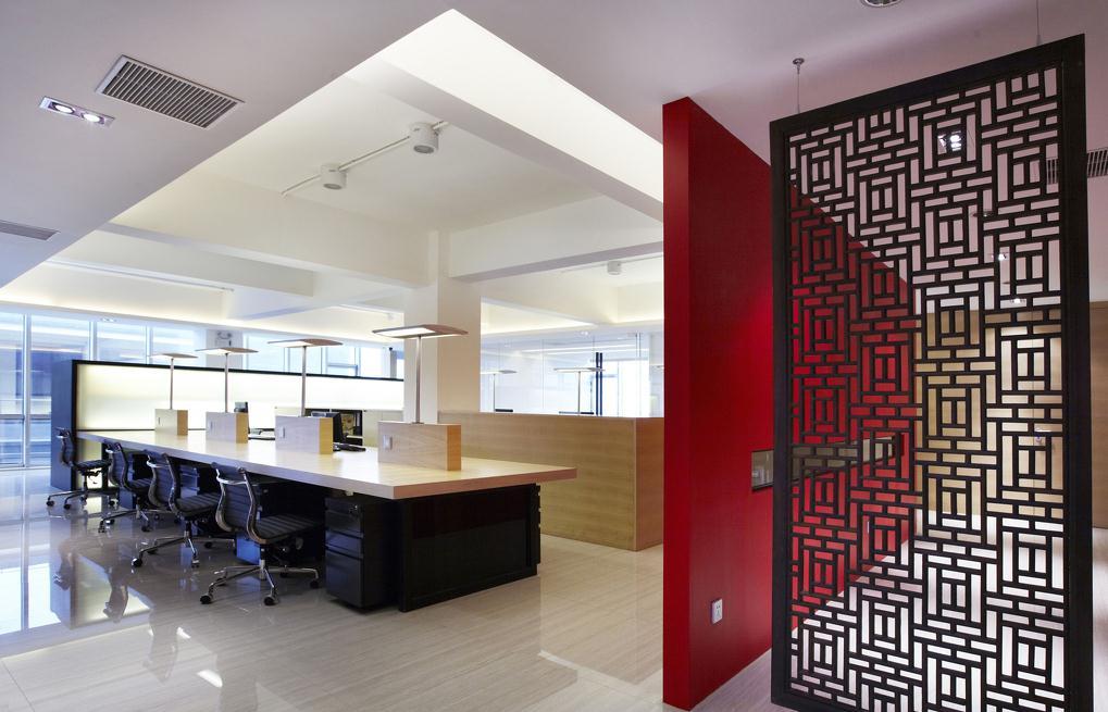 无锡办公室设计方案中,设计师基本上保留了红砖墙原汁原味的特点。办公室内部空间布局上,根据企业文化的特点,分成了上下两层,一层为开放式的办公空间,这间办公的空间在设计上很好的给员工之间的沟通交流。   最引人瞩目的设计莫属办公室接待区了,从接待区可以看出设计师在设计手法上尊重了企业的文化,顺应了企业独有的特点,从而也展示了设计师独有的个性与特色。   此外,在办公室设计中室内的家具陈设都是由设计师亲自定制的,并且每一个工位都设有员工自己私人放书的地方,便于随时取阅自己积累的资料,从而提高工作效率与质量