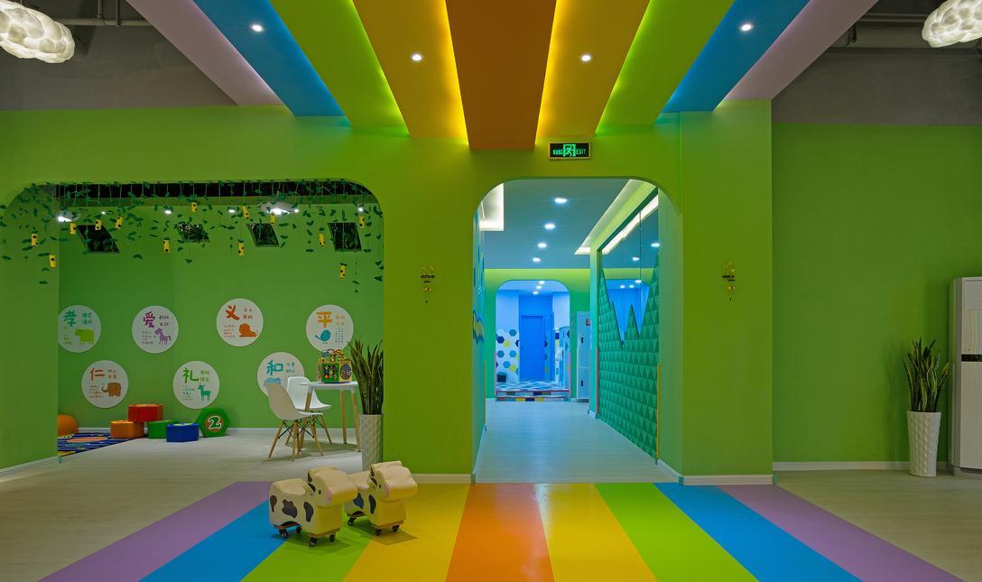 滨湖区教育培训机构设计装修颜色的选择运用十分重要,影响着孩子的学习态度和对新鲜事物的感官体验!   其实孩子在认识物体的形状之前,先学会的是识别它们的色彩,由于孩子现在越来越多的时间是在早教中心、幼儿园、课外辅导中心度过的,所以这些地方的色调也变得尤为重要,我们应尽量给孩子们看到鲜艳的颜色。   如果我们想提高孩子的注意力,可以在教室中使用冷色调,为了不使空间的感觉太过寒冷,可以用冷色调的窗帘、地毯点缀,墙壁仍然用暖色调的浅褐色;   这样的色彩搭配可以使孩子保持轻松的心情,激发他们自由的想象力与创
