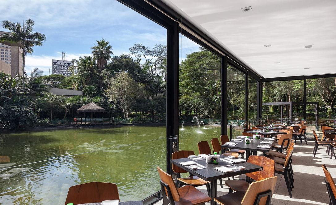 滨湖区生态餐厅装修设计中的生态环保意识越来越备受现在的年轻人们的喜爱和追捧,使得生态餐厅在我们的生活中崭露头角; 生态餐厅是将餐厅健在温室中,并结合温室工程,园林景观设计、种植技术,营造出一种优美的生态餐厅景观环境。 在生态餐厅设计的过程中追求休闲、天然、自然阳光,让人们在就餐的过程中享受到大自然的淳朴美感,从而令人心情愉悦,食欲大开; 生态餐厅是由种植温室繁衍而来,其最大的特点就是餐厅内种植或装饰有植物、花草,以及建造有各种景观;因此设计装修的过程中我们要注意绿色景观和水系的设计,因为植物和水可以赋予