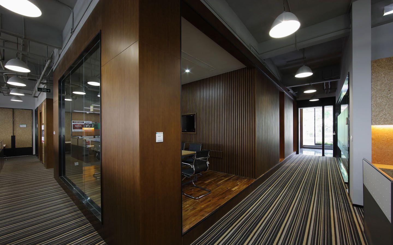 无锡办公室装修隔断优势,办公室隔断建设办公室已成为节约成本的一部分。木材和玻璃墙,而是许多公司都是租用的仓库空间,构建一个板间房的世界,以安置他们的员工。有较少的隐私和更多的分心,但公司相信,他们节省的钱一定能用在更需要的地方。   办公隔断产品的优势   1、可移动、多次重复使用,隔间系统材料几乎不会给环境带来废物,是一种绿色环保建材, 使用寿命长,从长远来看,安装latal高隔间系统材料比安装其它形式隔断材料更廉价、 更为合算。   2、使用过程中,可随时调换门、窗、实体模块、玻璃隔断的位置,可