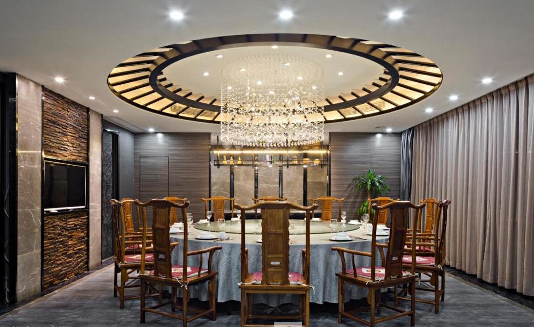 无锡餐厅装饰设计吊顶的的环境影响着用餐者吃饭的心情,一个唯美的餐厅环境能够让人心情变好,胃口大开。 餐厅的吊顶是近年来很多家庭普遍选择的一种式样,那么选择哪种吊顶的形式才会使就餐环境和氛围让人感到舒适呢? 餐厅圆形吊顶非常受欢迎,主要还在于它的样式美观,而且起到了非常重要的凝聚的效果。
