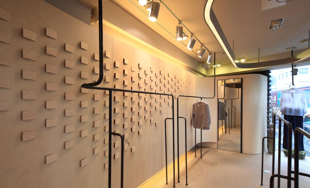 崇安区女装店面装修设计总是能带给人们全新的视觉体验。女装店根据客户的购买心理,把空间设计成一个开放的空间,但给人们的心理感觉似乎是封闭的。   服装店的曲线墙面被装饰了大小不同、形状各异的内嵌式服装展示架。由于墙面装饰的形状 多且复杂,赋予空间的只有两种装修材料使空间简洁不乱。   面积并不大的服装店,要充分利用空间的设计。二层服装店中店,造型独特,从整体的流线曲线,创意十足;一层为女装服饰,二层为鞋类专卖。橙色的灯光照明,使傍晚时分的店面特别引人注目。   服装店空间照明,只是店面入口处,进行了全