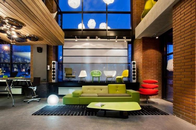 无锡Loft创意办公室设计拿一个层高是五米,并设有夹层的复式小型建筑设计公司办公室项目为例,看看设计师是如何以充分利用空间的。   一楼是公共办公区、接待区、水吧区和浴室,二楼是经理办公室。悬挑楼梯用透明玻璃作为护栏,不仅确保安全,更在视觉上扩大了空间。开放的工作区域可以最大限度地利用空间,也更便于设计师之间的沟通。   用可擦写的烤漆玻璃上墙,实现了无纸化办公的概念,更加绿色环保。地毯色彩丰富,带有涂鸦图案,表现出更多的创意,同时也使办公环境更加生动。大面积白色和黑色的线条穿插在空间中,加强了空间