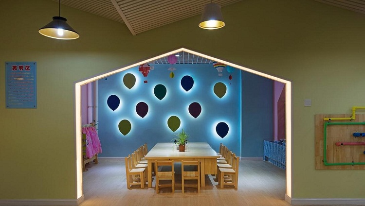 无锡幼儿园室内装修时候的地面设计一定要符合科学性与艺术性。地面一定要满足幼儿的审美要求,一定要防滑、防潮、防水、易清洁、具有弹性等方面,使其楼层地面与整体空间融为一体。   不同地区、不同楼层的要求也有所不同。比如:南方气候比较温和、湿润,地面一定要注重防滑、防潮,选用防滑地砖或塑胶地板。北方气候比较寒冷、干燥,可选用封腊的木地板。可以用动物、植物或传统的图案。   二、墙面一定要装饰,因为可以保护墙体,延长使用寿命的作用。同时,还可以使室内空间美观、整洁、舒适、富有情趣,营造出文化艺术的氛围。因此