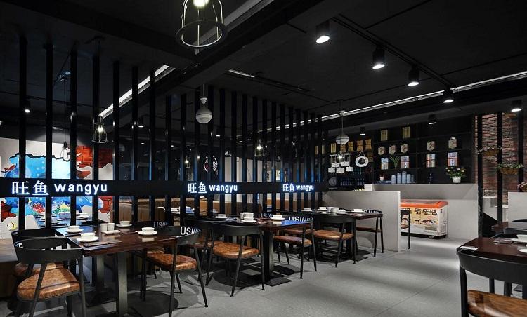 无锡主题烤鱼店装修设计定位之前,要先了解顾客的需求,并得到顾客的认可。塑造良好的肥烤鱼店形象,是发展社会主义经济市场的客观需要,是企业竞争中的必要条件和建设企业文化的重要内容。良好的餐厅形象设计会让顾客感到舒适并被深深地吸引。   烤鱼店装修在运用时要注意各空间面积的特殊性,并考察顾客与工作人员流动路线的简捷性,同时也要注意消防等安全性的安排,以求得各空间面积与建筑物的合理组合,高效率利用空间。   用餐设备的空间配置店内设计除了包括对店内空间做最经济有效的利用外,店内用餐设备的合理配置也很重要。诸