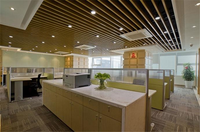 现在的办公室在设计上要突出现代、个性、高效、简洁的特点,一个办公室的设计布局反应着人文气质,公司文化。是公司前景的枝干,好的办公室不仅仅要融合现代化的个性需求,保证充分的活动空间之外还要把风水这时下流行词汇考虑进去,办公室布局设计要兼顾时尚更要兼顾功能和风水,风水的影响对公司的发展来说可大可小,所以不能马虎。我们一起去了解了解办公室布局设计风水有什么需要我们注意的吧。   1.