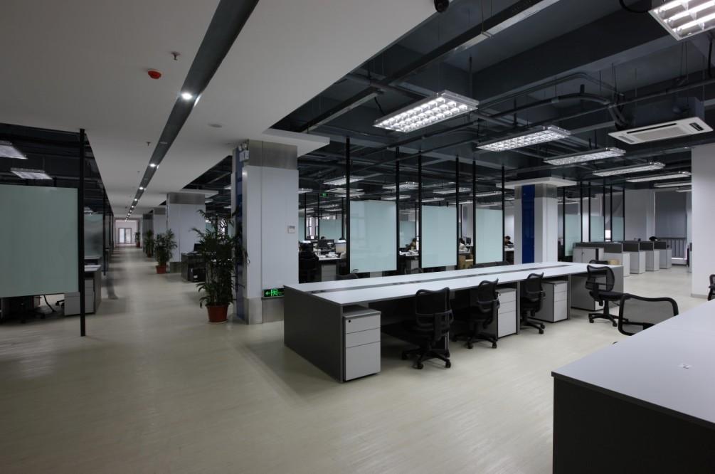 安排办公室耍琢磨颜色给人.心理的感受,布置办公室离不丌色调的选择,而色彩对人的心理和情绪有很大影响。它能给人以冷暖、轻重、软硬、大小、远近及兴奁与安静、明快与忧郁、动与静等各种感觉:考虑色彩于人的心理作用对于老总办公室布置很有必要。布置办公室离不丌色调的选择,而色彩对人的心理和情绪有很大影响。